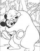 Mickey abrazado por un oso