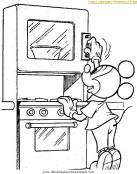 Mickey calienta su comida en el microondas