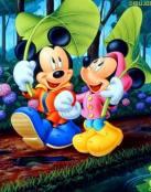 Minnie y Mickey pasean por el bosque