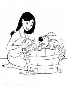 Mulan baña a su perrito